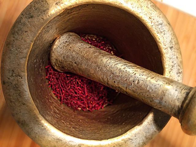 آسیاب کردن زعفران برای نگهداری در منزل   شرکت صدف پک