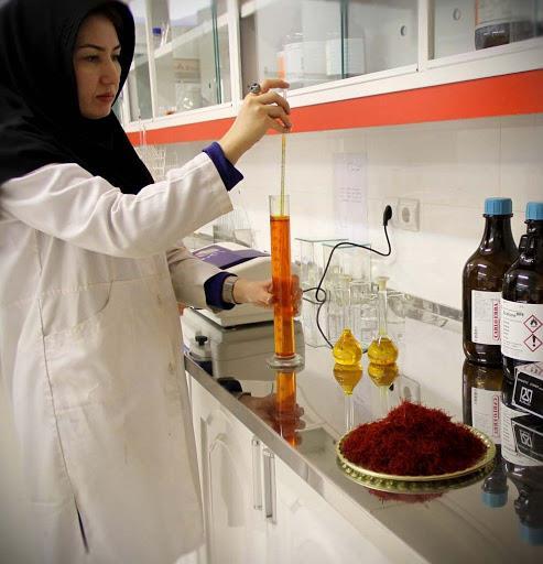 انجام آزمایشات لازم برای بررسی کیفیت زعفران   شرکت صدف پک
