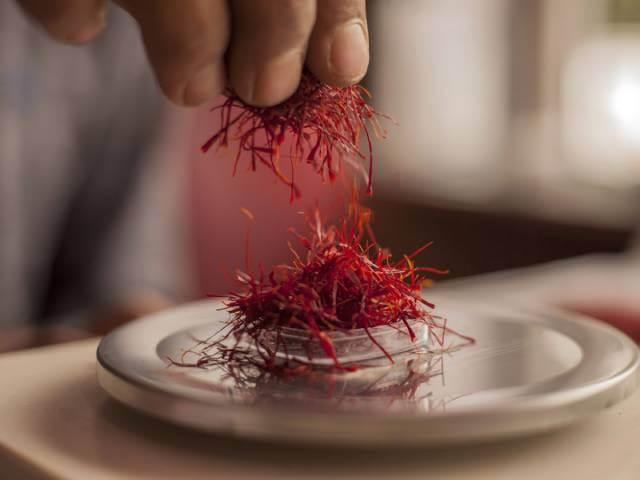 استفاده از ترازو در بسته بندی زعفران | شرکت صدف پک